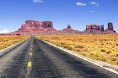 Carretera que conduce al valle del monumento. — Foto de Stock