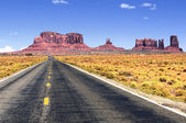 Road leading into Monument Valley. — Zdjęcie stockowe