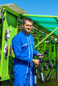 Agriculteur et son équipement de travail — Foto Stock