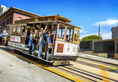 Cable car and Transamerica building in San Francisco — Stock Photo