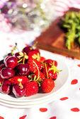 Kersen en aardbeien uit de tuin — Stockfoto