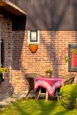 Korgstolar och runda bordet i trädgården — Stockfoto