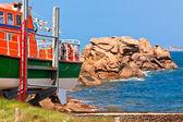 Barco en la costa de granito rosa, francia — Foto de Stock