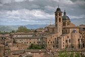 退屈な日に古いウルビーノ、イタリア、都市の景観 — ストック写真