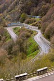 Dağların üzerinden dolambaçlı yol — Stok fotoğraf