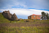 Skały i dom we wschodniej islandii — Zdjęcie stockowe