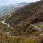 lange kurvenreiche Straße durch Berge — Stockfoto