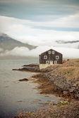 Schwarze holzhaus in ost-island — Stockfoto