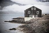Czarny drewniany dom we wschodniej islandii — Zdjęcie stockowe