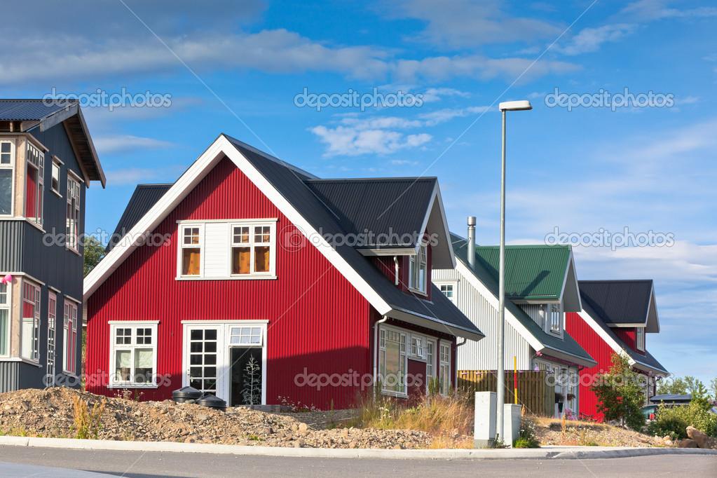 Casas revestimiento brillante en la peque a ciudad de islandia fotos de stock 19303911 - Casas en islandia ...