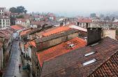 旧市街の雨の通りを見下ろす — ストック写真