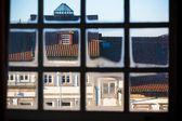 旧城视图通过窗口框架 — 图库照片