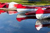 Barcos e canoas de vermelhas e brancas — Foto Stock
