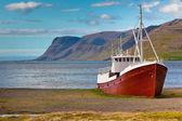Barco de pesca abandonado en islandia — Foto de Stock