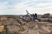 Fahrrad mit aktiven ausrüstung bei island berge szene — Stockfoto