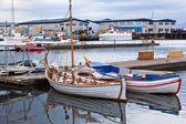 Port d'islande typique avec des bateaux de pêche à la journée nuageuse — Photo