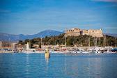 Porto di antibes, francia, con yacht e fort carré — Foto Stock