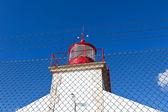 青い空を背景に明るい灯台 — ストック写真