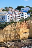 приморская деревня на вершине скалы с видом на океан в португалии — Стоковое фото