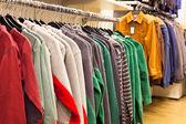 мужская одежда в магазине моды — Стоковое фото