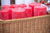 Wiklinowy kosz z czerwone świece okrągłe — Zdjęcie stockowe