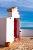 Ljusa röda metalldörr på vita huset — Stockfoto