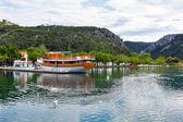 Touristic boat and swans in Skradin, Croatia — Foto de Stock