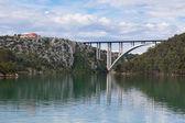 Betonbrücke über die meeresbucht — Stockfoto