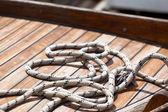 Rope on a wooden boat deck — Stockfoto