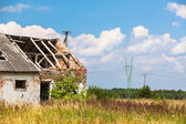 Abandoned farm house in a field — Stock Photo