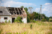 Abandoned farm house in a field — Foto de Stock