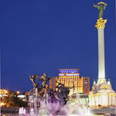 Evening independence square (Kiev centre, Ukraine) with monument to Kiev-City founders — Stock Photo