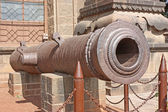 An ancient cannon outside an Indian fort. — Stock Photo