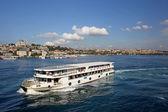 Turk istanbul'da golden horn körfezi'nde yolcu gemileri — Stok fotoğraf