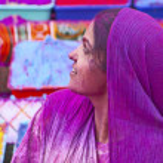 Senhora em violeta, coberta de tinta no festival holi — Foto Stock