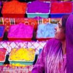 Леди в фиолетовом, покрыты краской на фестиваль Холи — Стоковое фото