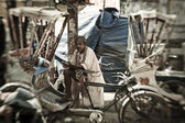 Man peddles cycle rickshaw in Varanasi — Stock Photo