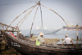 Fishermen operate Chinese fishing net based — Stock Photo