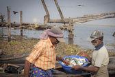 Pesca pescadores en sus botes de madera — Foto de Stock
