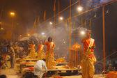 Hindu priests performs religious Ganga Aarti ritual (fire puja) — Stockfoto