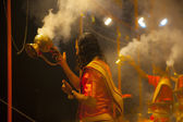 Hindu priests performs religious Ganga Aarti ritual (fire puja) — Stock Photo