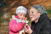 Mutter und tochter spielen — Stockfoto