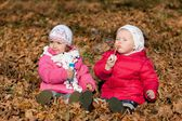 Two girl blowing bubbles outdoors — Stock Photo