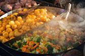 Gegrilde groenten met gebakken aardappelen — Stockfoto