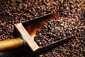 Cuchara cobre en granos de café — Foto de Stock