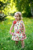 Schattig klein meisje in de tuin — Stockfoto