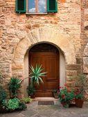 Porta velha no edifício de tijolo — Foto Stock