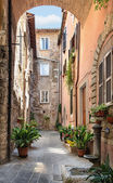 Pretty street in the ancient city of Tuscany — 图库照片
