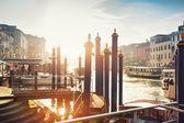 Typický pohled na kanálu canale grande v Benátkách, Itálie — Stock fotografie