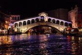 Puente de Rialto en Venecia - noche — Foto de Stock